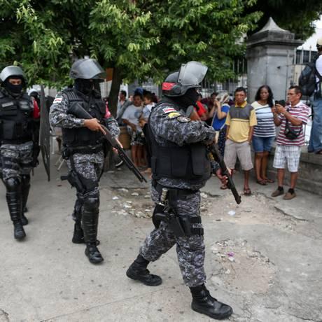 Policiais se preparam para entrar na Cadeia Pública Raimundo Vidal Pessoa, em Manaus Foto: Michael Dantas/Stringer/Reuter