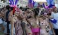 Foliões fantasiados honrando a tradição carioca