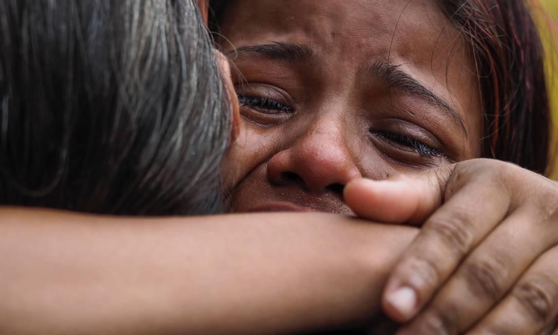 Mulher chora após saber que seu marido foi um dos presos mortos durante o motim Foto: RAPHAEL ALVES / AFP