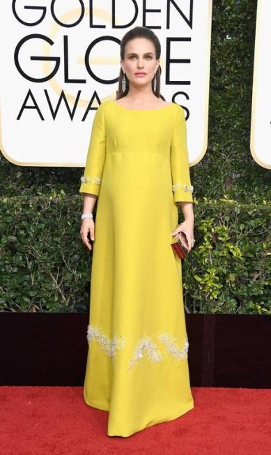 Grávida e indicada ao prêmio de melhor atriz por 'Jackie', Natalie Portman escolheu um vestido Prada Frazer Harrison / AFP