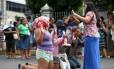 Familiares de presos rezem em frente à Cadeia Pública Raimundo Vidal de Souza, em Manaus