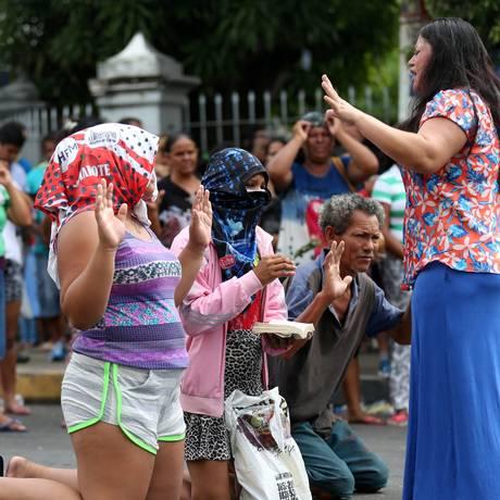 Familiares de presos rezem em frente à Cadeia Pública Raimundo Vidal de Souza, em Manaus Foto: Michael Dantas/Stringer/Reuters