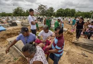 Parentes passam mal e se desesperam em enterro de presos que foram mortos durante a rebelião na Penitenciária Agrícola de Monte Cristo, em Roraima Foto: Marlene Bergamo/Folhapress
