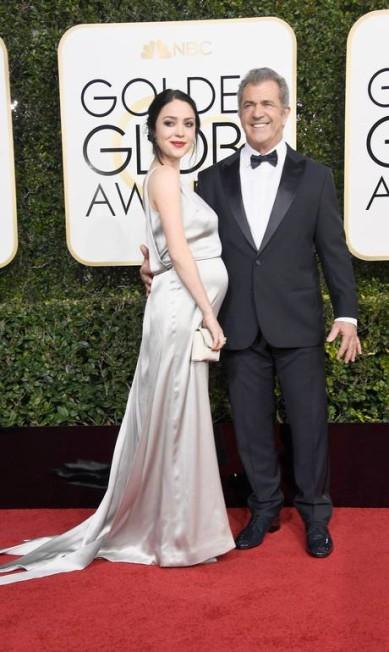 O ator e diretor Mel Gibson com a namorada, a roteirista Rosalind Ross Frazer Harrison / AFP