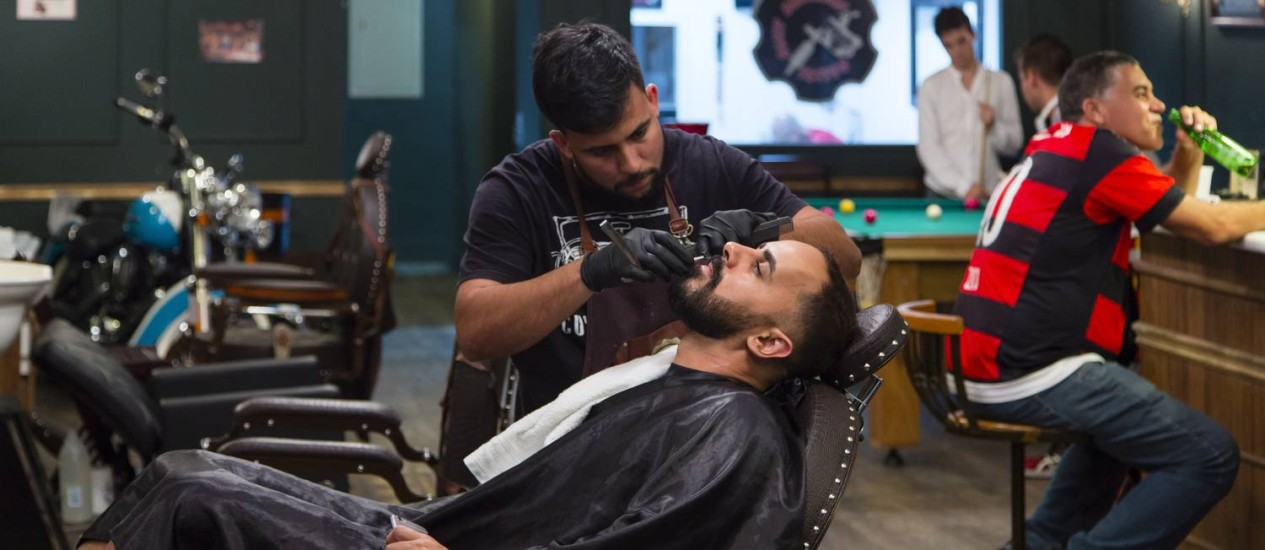Em um só lugar, barbeiro, bar e mesa de sinuca: ambiente da Barber House segue tendência Foto: Leo Martins / O Globo