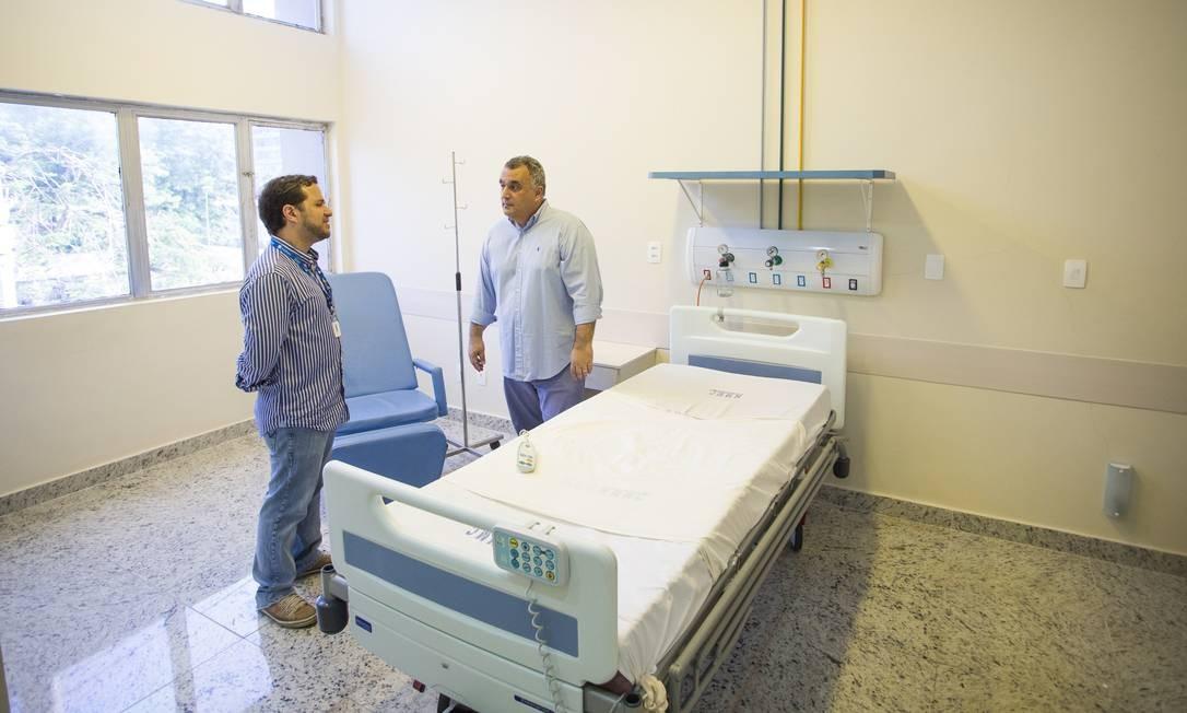 O diretor do Hospital Miguel Couto, Cristiano Chame (à esquerda), e Carlos Eduardo de Mattos em uma das suítes Foto: Guito Moreto / Agência O Globo