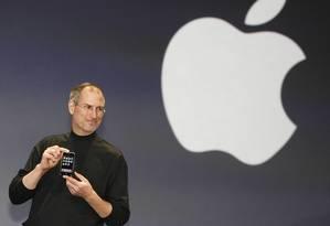 Steve Jobs no palco da Conferência Macworld, em San Francisco, na Califórnia, durante a apresentação do iPhone Foto: TONY AVELAR / AFP