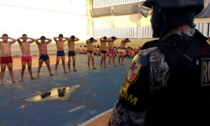Policiais fazem revista na Unidade Prisional Puraquequara, em Manaus. Foto: Chico Barata Agência O Globo 05/01/2016