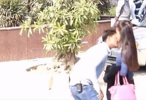 O Sumit Verma gravou vídeos em que aborda mulheres desconhecidas na rua, dá um beijo e sai correndo Foto: REPRODUÇÃO