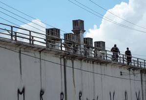Dois policiais fazem o patrulhamento na Cadeia Pública Desembargador Raimundo Vidal Pessoa, em Manaus Foto: RAPHAEL ALVES / AFP