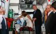 O presidente Michel Temer analisa ambulância entregue em Esteio, no Rio Grande do Sul
