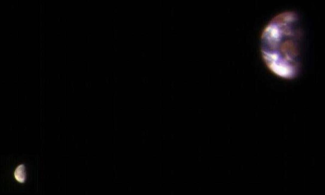 Foto tirada de sonda na órbita de Marte mostra a Terra e a Lua