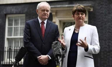 Premier Arlene Foster (à dir,) e seu vice, Martin McGuinness, falam a jornalistas enquanto deixam a residência oficial da premier britânica, em Londres Foto: DYLAN MARTINEZ / REUTERS