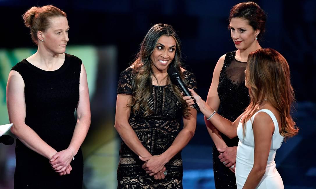 A brasileira Marta, uma das finalistas ao prêmio de melhor do mundo, é entrevistada pela apresentadora Eva Longoria FABRICE COFFRINI / AFP
