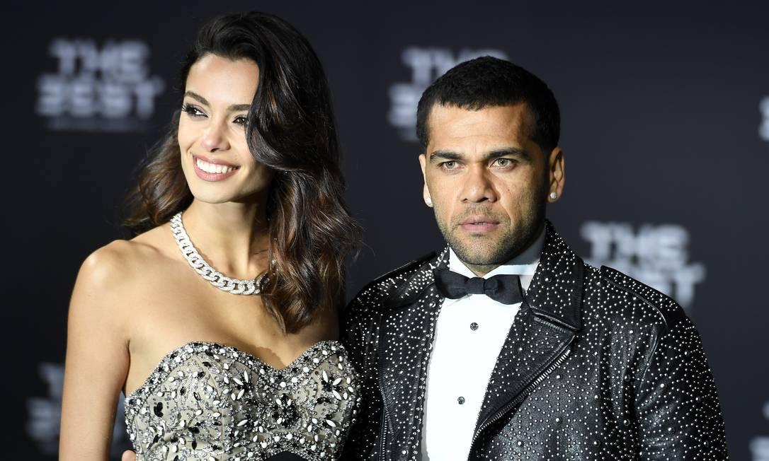Daniel Alves, do Juventus, chega ao prêmio ao lado da esposa, Joana Sanz Walter Bieri / AP