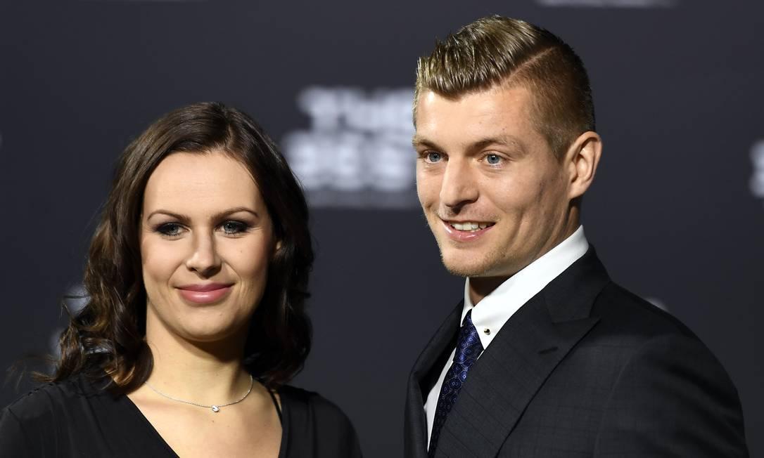 O alemão Tony Kroos, do Real Madrid, sorri ao lado da esposa, Jessica Farber Walter Bieri / AP