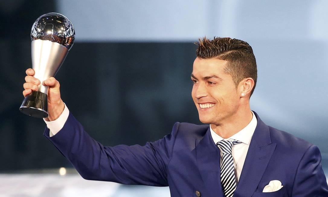 Cristiano Ronaldo exibe o prêmio de melhor jogador do mundo RUBEN SPRICH / REUTERS