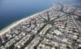 Vista aérea da região da Barra da Tijuca, no Rio de Janeiro: crescimento das cidades influencia evolução de plantas e animais dentro e fora delas