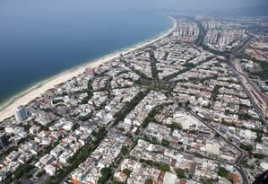 Vista aérea da região da Barra da Tijuca, no Rio de Janeiro: crescimento das cidades influencia evolução de plantas e animais dentro e fora delas Foto: Fabio Rossi