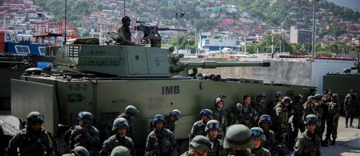 Exercícios militares. Soldados venezuelanos se preparam para embarcar no porto de La Guaira; crise não impediu expansão de gastos com Defesa Foto: FEDERICO PARRA / AFP/8-1-2017