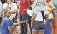 Famílias esperam notícias dos presos do lado de fora da Penitenciária Agrícola de Monte Cristo, em Roraima