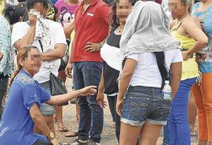 Famílias esperam notícias dos presos do lado de fora da Penitenciária Agrícola de Monte Cristo, em Roraima Foto: Rodrigo Sales / Agência O Globo