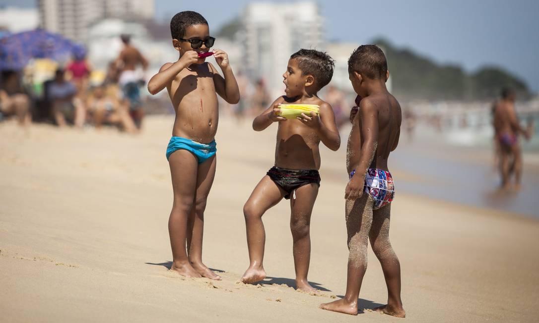 Meninos se lambuzam de sorvete e milho na Praia de Ipanema Hermes de Paula / Agencia O Glob / Agência O Globo