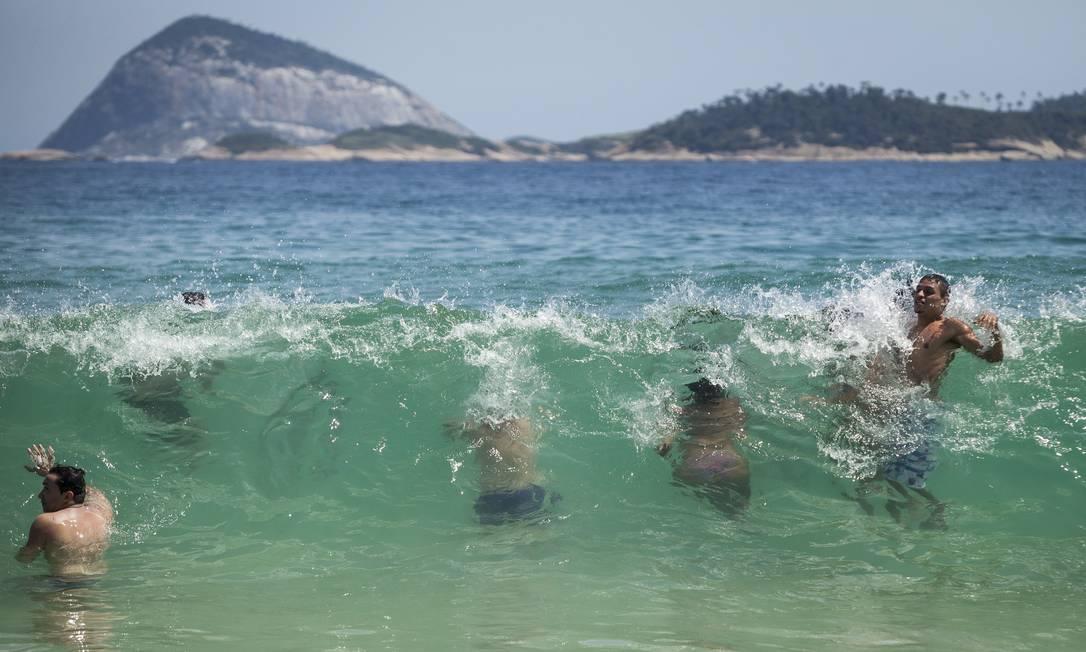 Banhistas furam uma onda no mar cristalino de Ipanema Hermes de Paula / Agencia O Glob / Agência O Globo