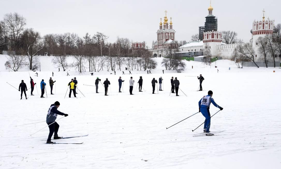 Esquiadores deslisam por vale congelado em Moscou Alexander Zemlianichenko / AP