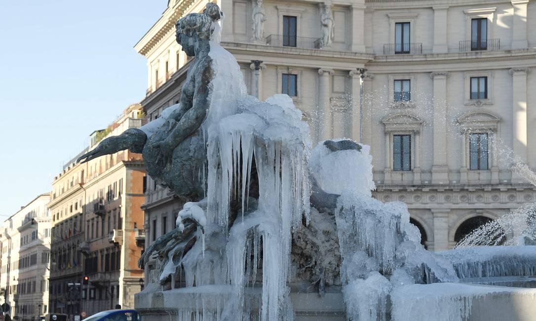 Fonte na t Piazza Repubblica em Roma coberta de gelo TIZIANA FABI / AFP