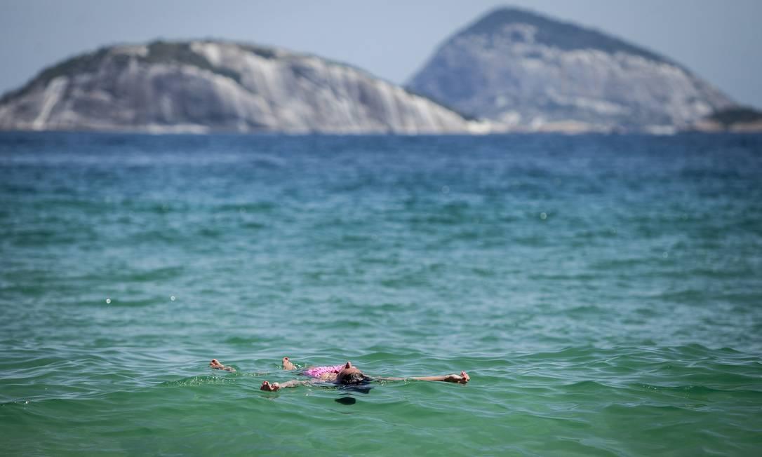 Homem boia da praia de Ipanema Hermes de Paula / Agencia O Glob / Agência O Globo