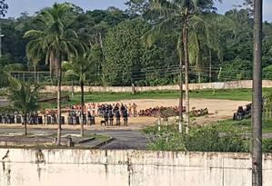 Policiais fazem revista nos presos que cumprem semiaberto no Comprelo Penitenciário Anisio Jobim (Compaj) Foto: Divulgação/ 10/01/2017