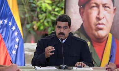 Maduro fala diante de retrato de Hugo Chávez durante reunião ministerial Foto: HANDOUT / REUTERS