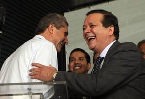 Rogério Rosso e Jovair Arantes, candidatos à presidência da Câmara, se cumprimentam Foto: Givaldo Barbosa / Agência O Globo