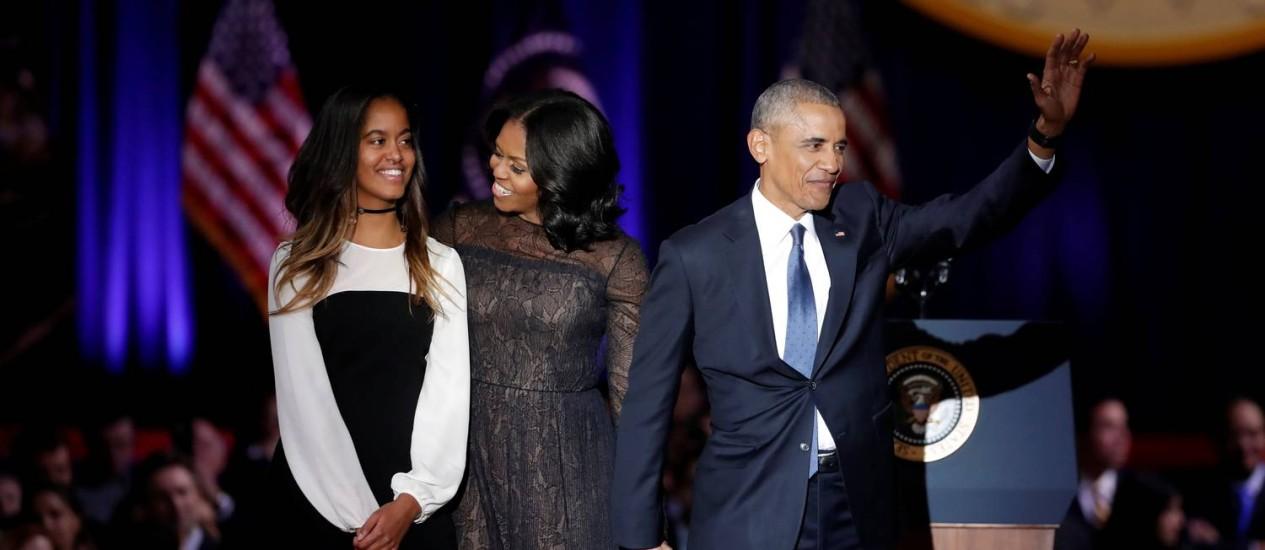 Presidente dos EUA, Barack Obama, a primeira-dama, Michelle, e a filha, Malia, no discurso de despedida em Chicago Foto: JOHN GRESS / REUTERS