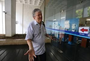 O engenheiro Paulo Cézar Ribeiro, na chegada ao prédio da Secretaria de Transportes, onde funciona a CET-Rio, para retirar seus pertences Foto: Márcia Foletto / Agência O Globo
