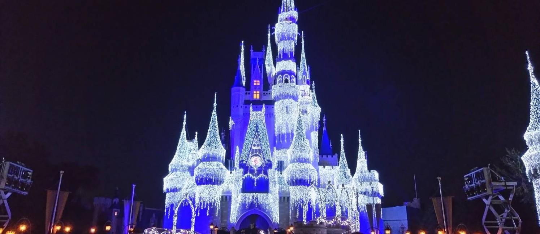 """O castelo do Magic Kingdom com iluminação especial sobre filme """"Frozen"""" Foto: Gabriel Cariello / O Globo"""