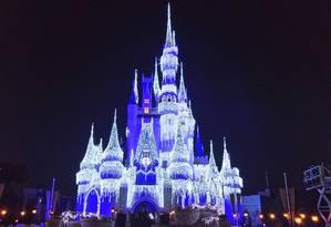 O castelo do Magic Kingdom com iluminação especial sobre filme