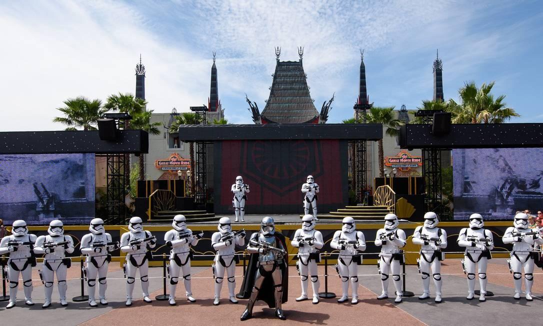 Os soldados do Império Galático patrulham o Hollywood Studios, parque que agora conta com uma grande área dedicada ao universo Star Wars Foto: Todd Anderson / Walt Disney World / Divulgação