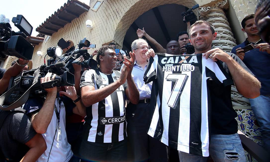 Montillo é recebido com festa pela torcida do Botafogo