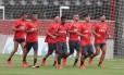 Jogadores do Flamengo correm no Ninho do Urubu