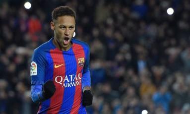 Neymar comemora seu gol na vitória do Barcelona sobre o Athletic Bilbao Foto: LLUIS GENE / AFP