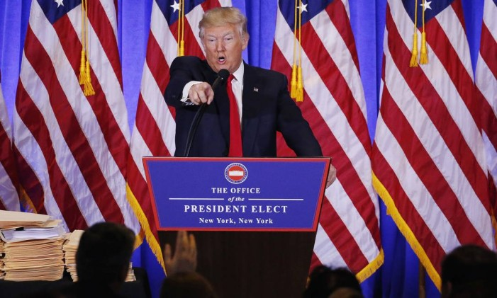 Trump aponta o dedo para repórter da CNN Jim Acosta (mão erguida) em bate-boca durante coletiva de imprensa Foto: LUCAS JACKSON / REUTERS