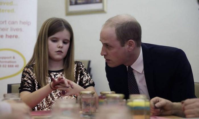 Príncipe William consola menina após morte do pai: 'Eu perdi minha mãe'