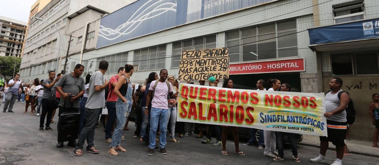 O protesto de funcionários do Instituto Cérebro, no Centro Foto: Marcia Foletto / O Globo
