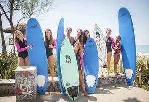 Meninas da BSG House na Praia da Macumba com pranchas usadas nos treinos Foto: Analice Paron / Agência O Globo