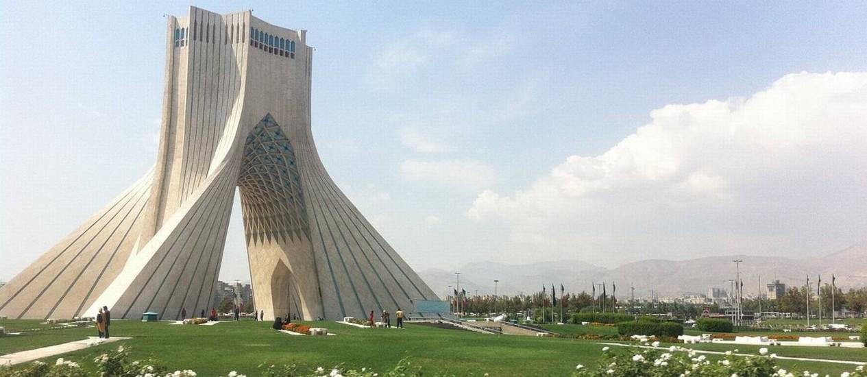 """A torre Azadi é um dos símbolos de Teerã, capital do Irá, a antiga Pérsia de """"Mil e uma noites"""" Foto: D. Stanley/Visual Hunt / Creative Commons/Reprodução"""