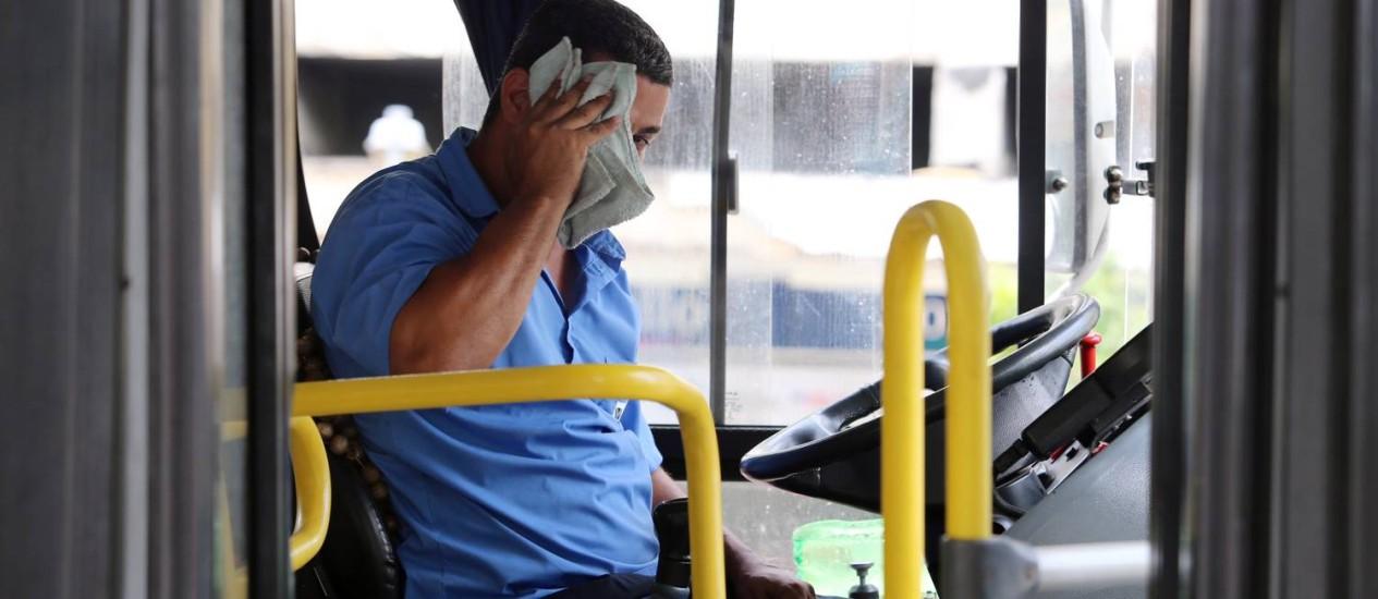Motorista de ônibus sofre com o calor: prefeitura foi multada em R$ 20 mil por cada coletivo sem ar Foto: Fabiano Rocha/02-01-2017 / Agência O Globo