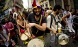Desfile de blocos carnavalescos pelas ruas do Centro do Rio