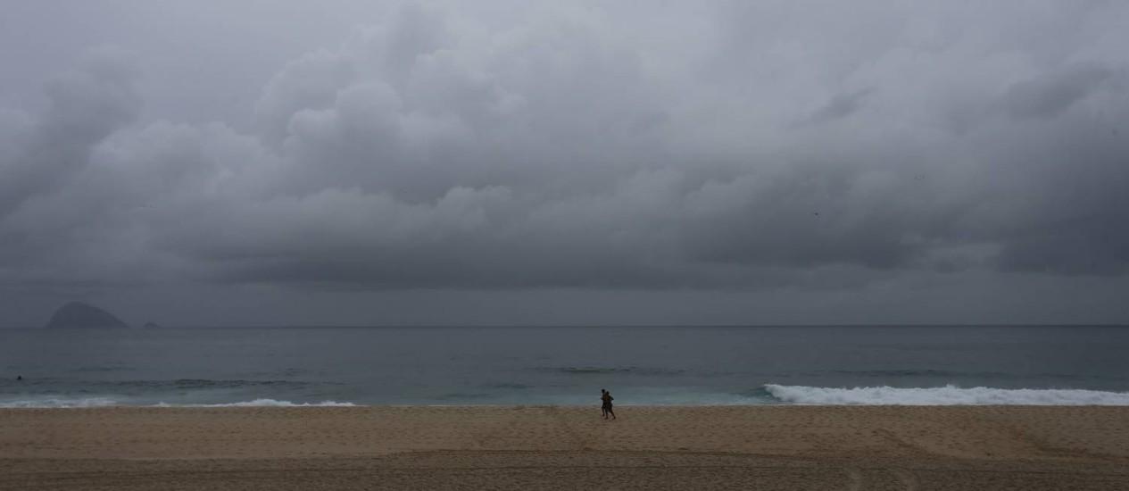 O céu encoberto na Praia de São Conrado Foto: Marcia Foletto / O Globo